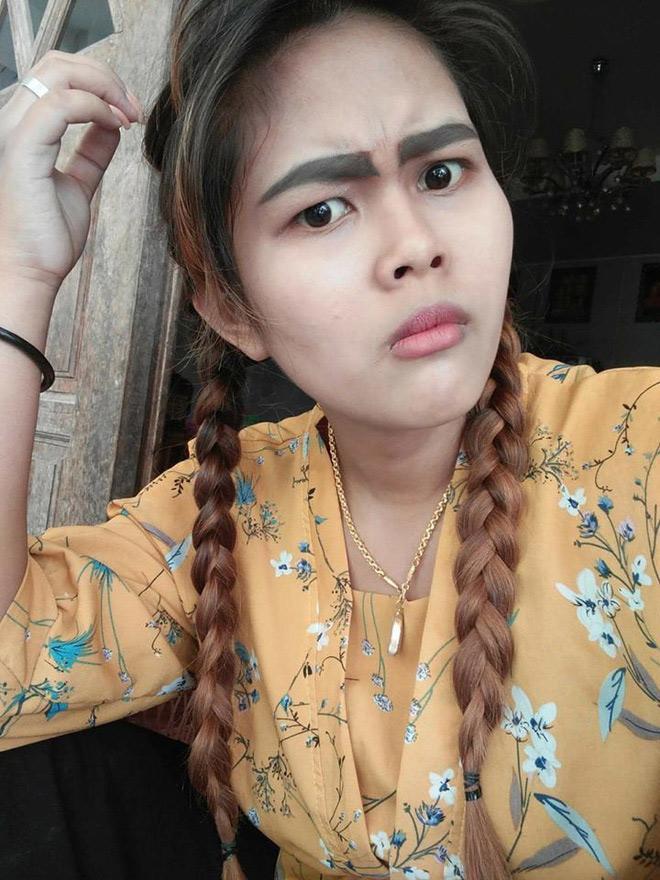 Sau đó, người phụ nữ này quyết đi chỉnh sửa bằng cách xăm lên một cặp lông mày mới đẹp hơn, tuy nhiên, hình dáng khá thô và đậm của nó vẫn khiến Kanyarat không hề cảm thấy hài lòng.