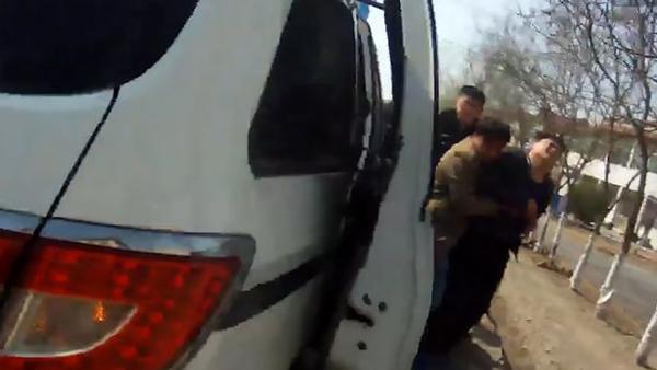 Zhang vật vã khóc lóc khi quay lại hiện trường tai nạn. Ảnh: AsiaWire