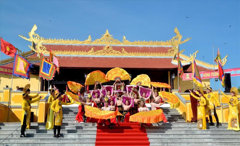 Bên cạnh lễ hội trang nghiêm, hoành tráng, BTC còn xây dựng nhiều hoạt động văn hóa, thể thao phục vụ người đi lễ. (Ảnh: Lục Tùng)