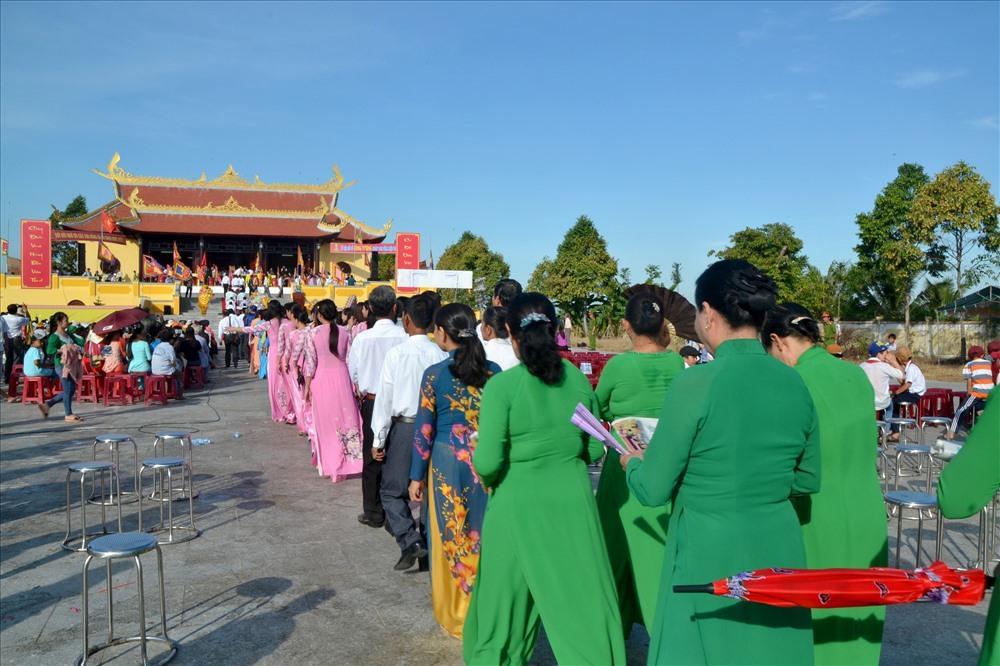 Dòng người nối nhau đến với lễ hội Đền Hùng Tân Hiệp (Ảnh: Lục Tùng)