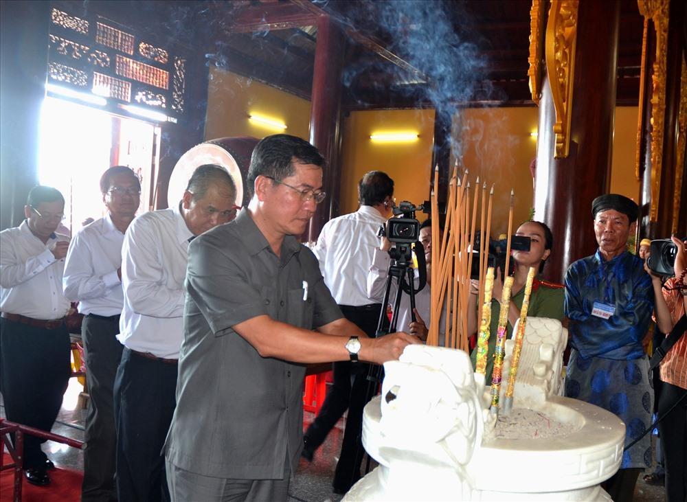 Đại diện chính quyền, nhân dân... dâng hương trước bàn thờ các vị Hùng Vương. (Ảnh: Lục Tùng)