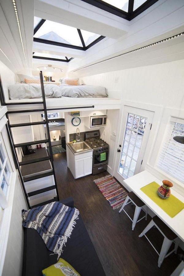 Căn nhà cấp 4 với đầy đủ tiện ích, phòng khách, bàn ăn, khu bếp và phòng ngủ trên gác lửng có tới 2 giường ngủ lớn, vô cùng lý tưởng với gia đình 3-4 người ở thoải mái.