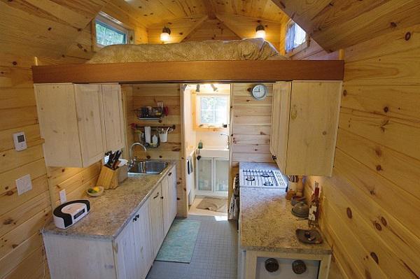 Căn nhà này có diện tích chưa đầy 20m2nhưng lựa chọn thiết kế gác lửng thông minh làm không gian sinh hoạt, nghỉ ngơi nên dường như trở thành căn hộ tí hon đáng mơ ước chocặp vợ chồng ít tiền.