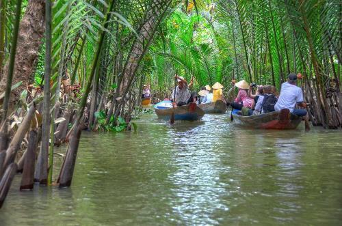 Ngồi thuyền và len lỏi qua các con lạch, nhánh sông sẽ cho bạn cái nhìn chân thực về đời sống dân miền Tây. Ảnh: dulichmienphusa