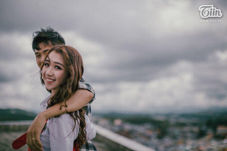 'Ngày đấy mình đi chụp phóng sự cưới cho em gái của Huỳnh Như và gặp nàng, thế là lia máy chụp luôn vài kiểu tối về mon men kết bạn facebook với lí do gửi ảnh