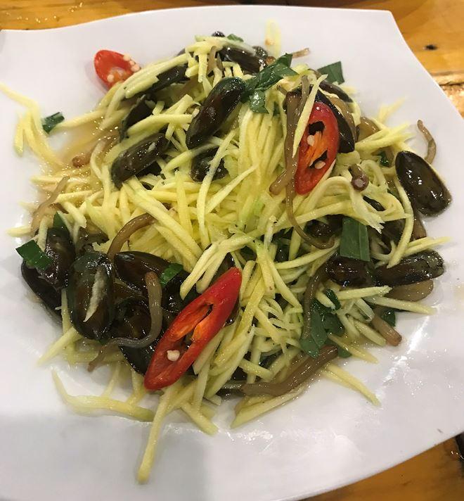 Vị thơm của tỏi, cay cay của ớt, chua chua của xoài cùng với cái giòn thơm từ đuôi và thịt Cà Xỉu khiến cho món gỏi mắm Cà Xỉu trở thành một món trứ danh ở xứ sở Hà Tiên.