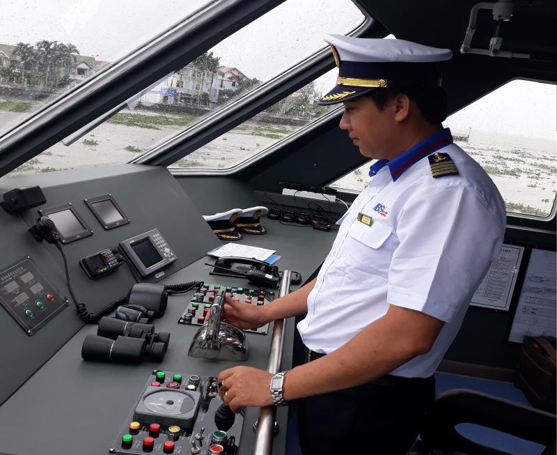 Tàu cao tốc Hòa Bình SHIP 01 được lắp đặt 2 máy Capteriiiar của Mỹ, với công suất 2.160kw (mã lực), tốc độ 27 hải lý/h (khoảng 50km). Ảnh: Hoàng Nghiệp