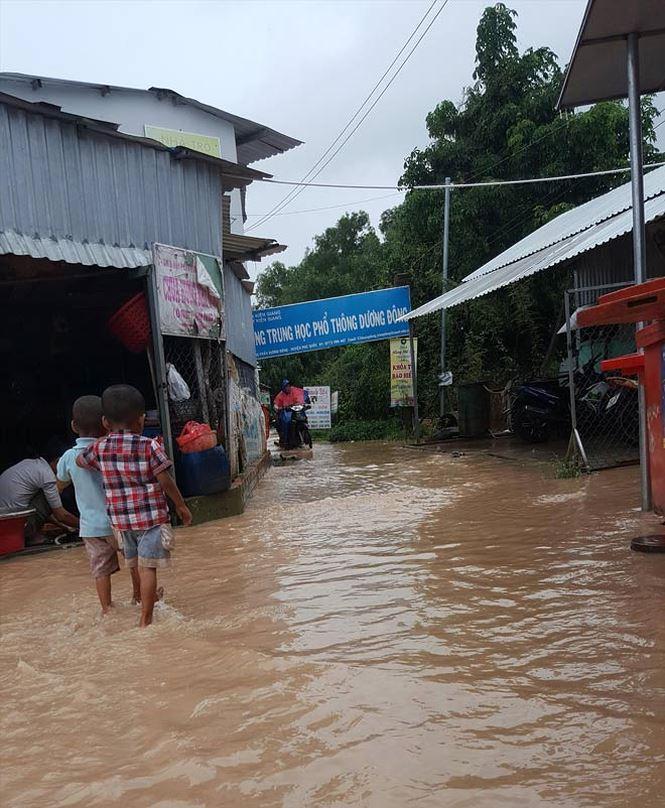 Ðường vào cổng Trường THPT Dương Ðông bị lấn chiếm và luôn ngập nước.