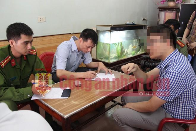 Anh L - (áo kẻ) người chứng kiến vụ việc tường trình vụ việc với điều tra viên