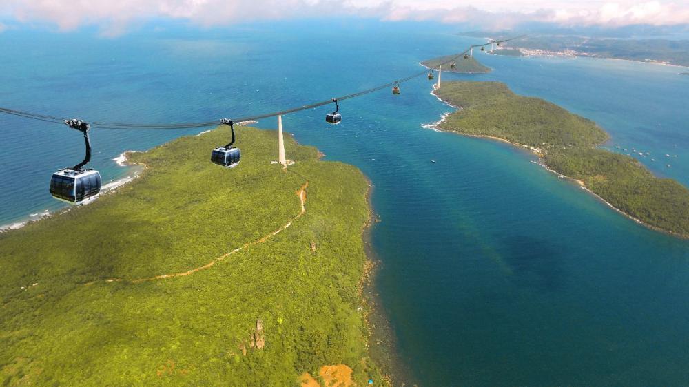 Ngoài ra, du khách còn được trải nghiệm về hệ thống cáp treo Hòn Thơm - ba dây vượt biển dài nhất thế giới với chiều dài 7.899,9m