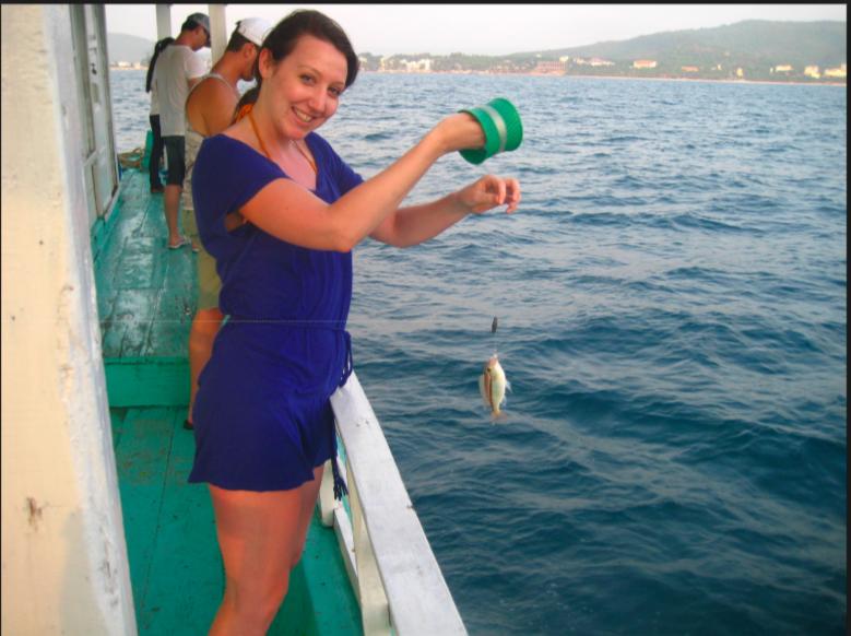 Câu cá chàm - một đặc sản của Phú Quốc là sản phẩm mới độc đáo, khi khách chỉ cần dùng ống cước, không sử dụng cần câu.