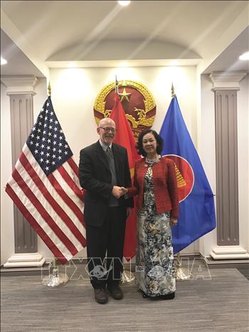 Trưởng Ban Dân vận Trung ương Trương Thị Mai gặp Chủ tịch Đảng Cộng sản Mỹ John Bachfell tại Trụ sở Đại sứ quán Việt Nam ở Thủ đô Washington D.C, ngày 30/11/2018. Ảnh: Nhóm phóng viên TTXVN tại Hoa Kỳ