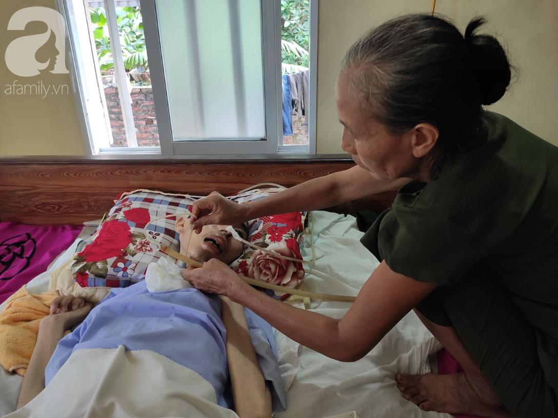 Mỗi ngày, người mẹ già chăm lo cho con trai từ miếng ăn, giấc ngủ.