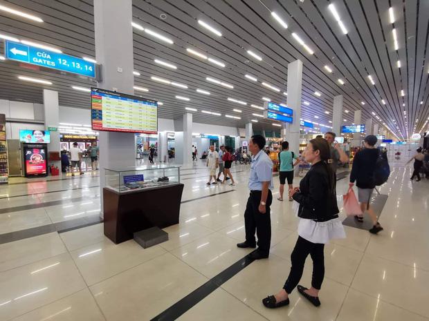 Nhiều hành khách sốt ruột theo dõi lịch trình các chuyến bay trên bảng tin