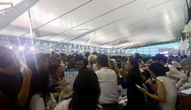 Hàng trăm người vạ vật tại sân bay Phú Quốc vì không thể bay và đường phía ngoài sân bay cũng ngập.