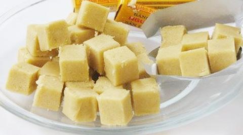 Bánh đậu xanh Hải Dương được sản xuất từ bột đậu xanh nguyên chất, với đường trắng tinh luyện và dầu thực vật. Đây là loại thực phẩm giàu dinh dưỡng, thích hợp với mọi lứa tuổi. Nguồn: Internet.