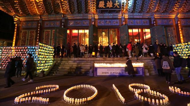Người dân Hàn Quốc đi cầu nguyện trong đêm giao thừa. Ảnh: Reuters.