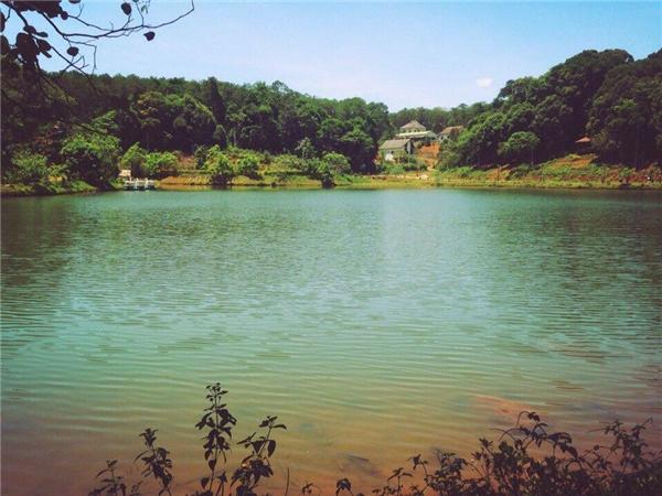 Hồ nước xanh mê đắm lòng người.