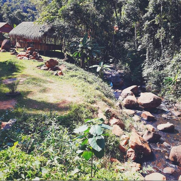 Con suối nằm giữa núi rừng.