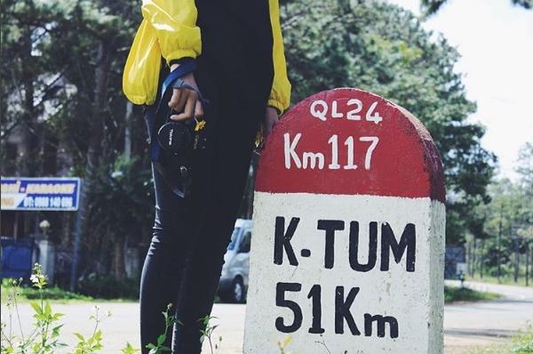 Cột mốc lộ giới chỉ khoảng cách giữa Măng Đen và thành phố Kon Tum.