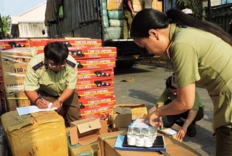 Lực lượng quản lý thị trường kiểm tra hàng hóa