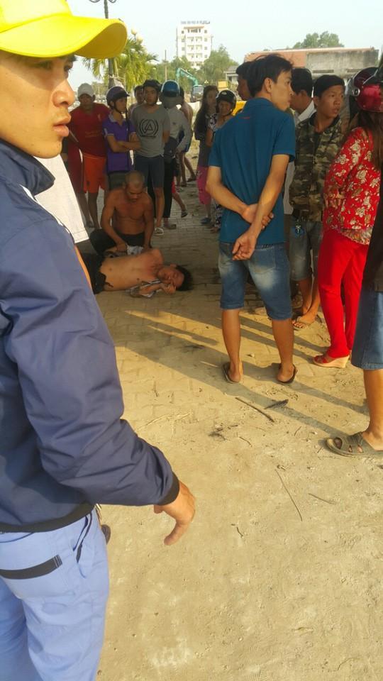 Người dân cứu nam thanh niên tự tử ở cầu Tân An