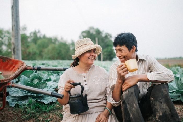 Bộ ảnh cha mẹ bên vườn su hào từng gây chú ý của Thanh Bình. Ảnh: NVCC.