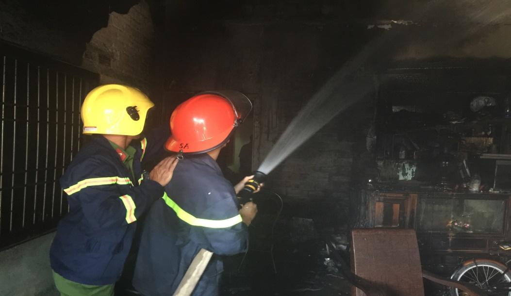Lực lượng Cảnh sát PCCC triển khai khống chế đám cháy