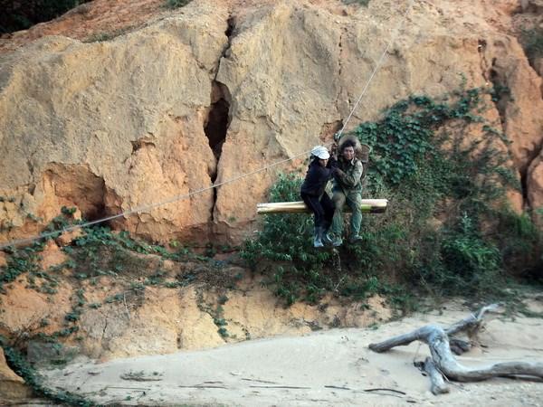 Hệ thống cáp treo người dân sử dụng để qua sông Pô Kô (huyện Ngọc Hồi, tỉnh Kon Tum) năm 2016. (Ảnh: Quang Thái/TTXVN)