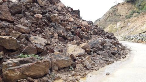 Đất đá đổ xuống chiếm cả lòng đường