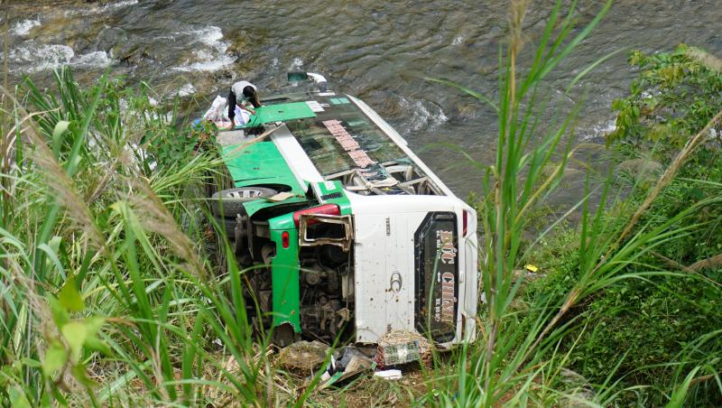 Chiếc xe khách lao thẳng xuống vực nằm ở suối Đăk Pô Cô, chân vực taly âm ở đoạn đèo Lò Xo