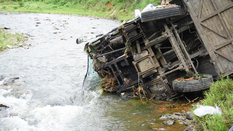 Chiếc xe lật nghiêng lao đầu xuống suối