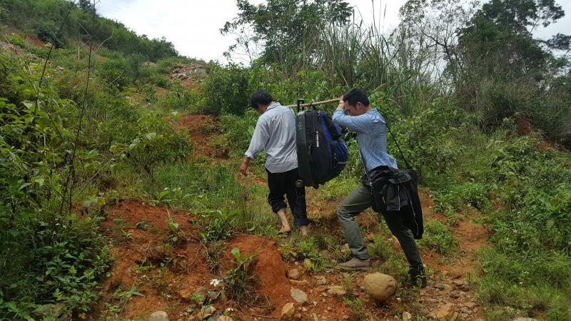 Phóng viên Lê Tiền, Báo Tiền phong cùng một người khác giúp đỡ anh Viên đưa chiếc valy từ vực sâu lên mặt đường Hồ Chí Minh