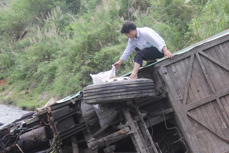 Một nhân viên của nhà xe trèo lên xe để xem xét các vật dụng còn lại.