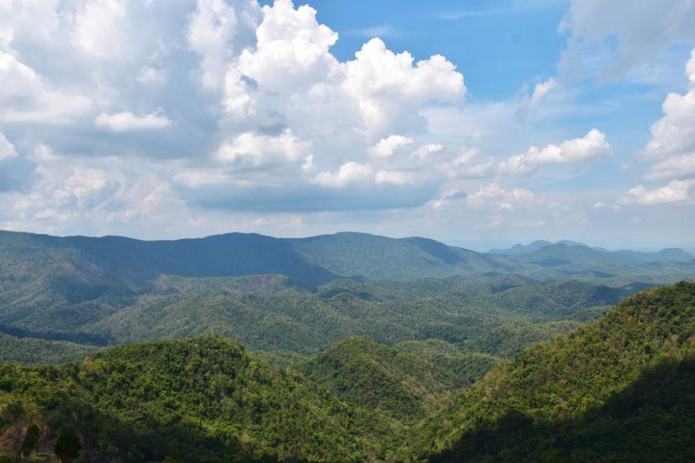 Nhìn từ đèo Gia Bắc, núi non trùng điệp dưới mây trời trong xanh.