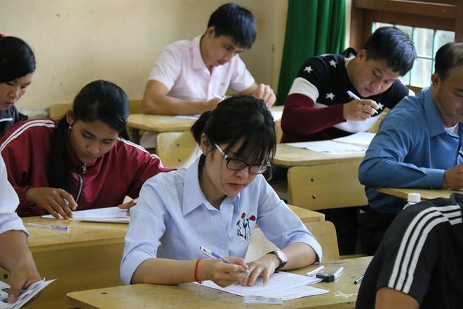 Các thí sinh làm bài thi THPT quốc gia 2018 tại Đắk Nông. Ảnh: Trần Lộc