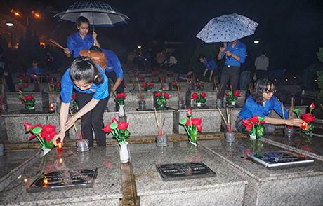 Đoàn viên thanh niên thắp nến tri ân các anh hùng liệt sĩ