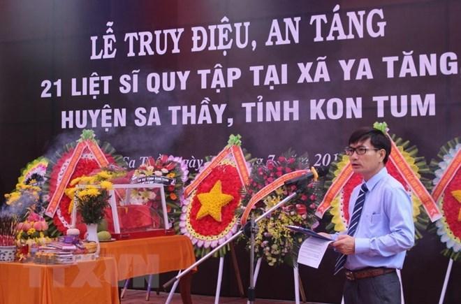 Lễ Truy điệu, an táng 21 liệt sỹ tại Nghĩa trang liệt sỹ huyện Sa Thầy vào sáng 27/7. (Ảnh: Cao Nguyên/TTXVN)