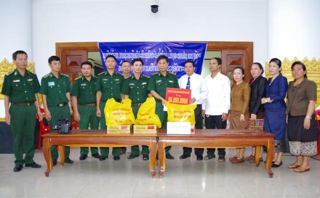 Bộ đội Biên phòng Kon Tum tặng tiền, hàng cứu trợ cho chính quyền tỉnh Attapeu (Lào).