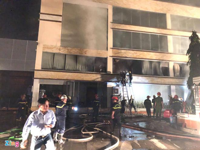 Đến 20h45 cùng ngày, ngọn lửa cơ bản được khống chế. Ảnh: Thuận Lâm.