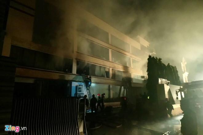 Lực lượng chữa cháy đang cố gắng dập lửa. Ảnh: Thuận Lâm.