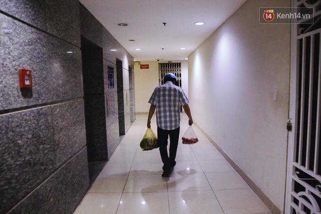 Cuộc sống của cư dân lâm vào cảnh khốn khổ sau vụ cháy, họ đang vật lộn từng ngày bên trong chung cư không điện, nước. Hiện tại thang máy đã hoạt động bình thường để giúp cư dân đi lại, xách nước lên các tầng trên cao đỡ vất vả hơn.