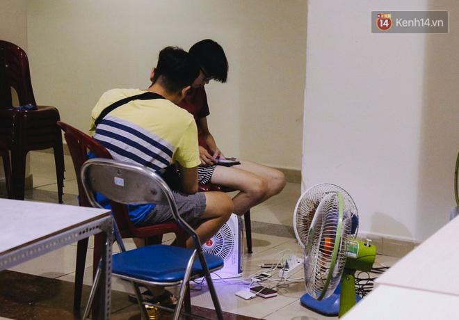 Do căn hộ không có điện, một số cư dân xuống trước phòng ban quản lý để sạc điện thoại, mang quạt để giải nhiệt.