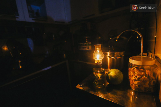 Còn dưới bếp thì dùng đèn dầu để thắp sáng nấu ăn...
