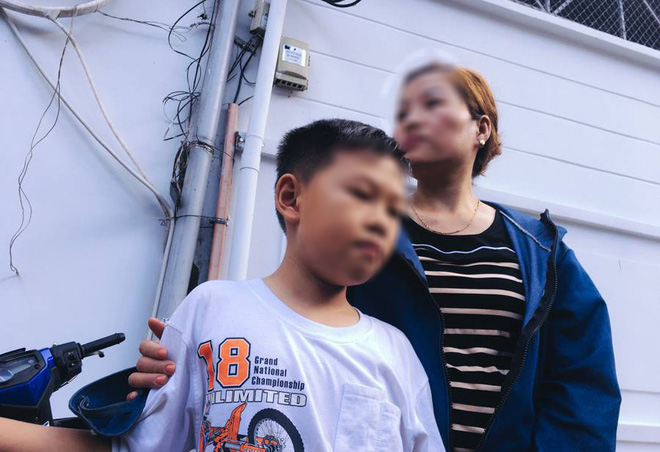 Chị Dung cùng con đến nhận thi thể của anh Thôi về nhà cùng gia đình lo hậu sự.