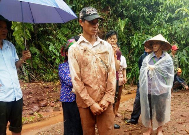 Anh Lò Văn Xanh dùng đôi bàn tay trần bới đất đá tìm vợ con.