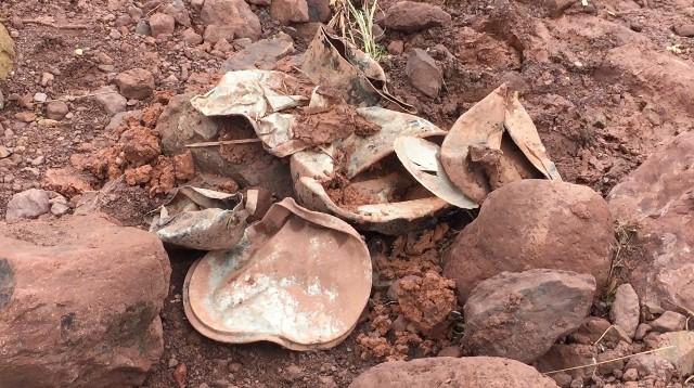 Xong, chảo và đồ dùng sinh hoạt bẹp rúm ró là những gì còn sót lại được tìm thấy ở hiện trường vùng lũ.