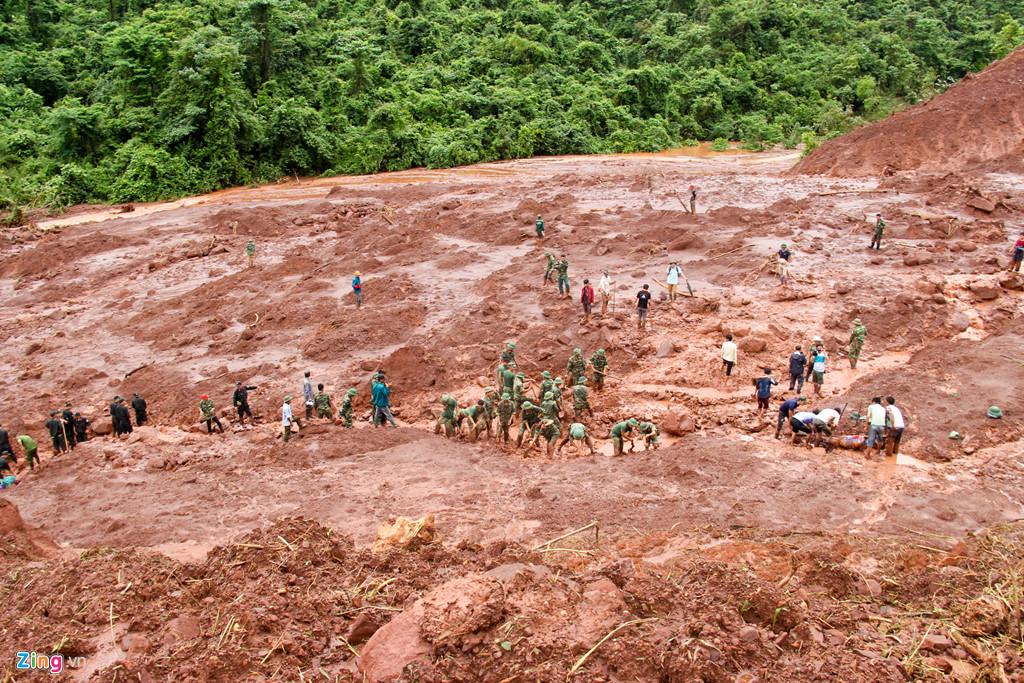 Sáng 27/6, hơn 50 người thuộc trung đoàn 880, Bộ chỉ huy quân sự tỉnh Lai Châu và Tiểu đoàn cảnh sát cơ động tỉnh Lai Châu thay nhau đào bới tại khu vực sạt lở thuộc bản Nậm Há 1, xã Noọng Hẻo, huyện Sìn Hồ, tỉnh Lai Châu.
