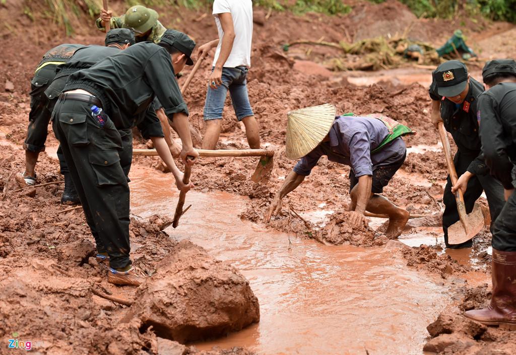 Thiếu tá Nguyễn Anh Sơn, Phó tham mưu trưởng trung đoàn 880, cho biết lực lượng điều động hơn 30 chiến sĩ xuống hiện trường từ ngày 25/6 để cùng địa phương tìm kiếm nạn nhân mất tích. Nhưng do mưa, đất đá sạt lở khối lượng lớn nên khó khăn cho việc tìm kiếm.