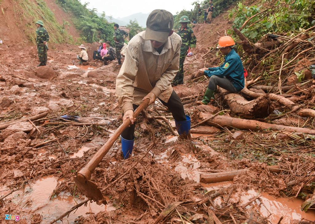 Anh Quảng Văn Hương, có mặt ở hiện trường từ ngày hôm qua. Anh phụ giúp đào bới, tìm kiếm nhưng không hy vọng tìm thấy người anh rể.